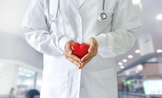 Geneeskunde arts rood hart vorm in handen, medische techno te houden