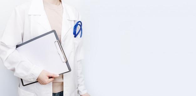 Geneeskunde arts vrouw houdt aantekeningen op papier.