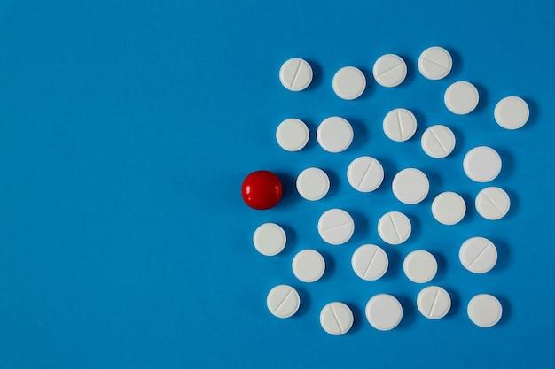Geneeskunde en gezondheidspillen op blauwe tafel van bovenaf