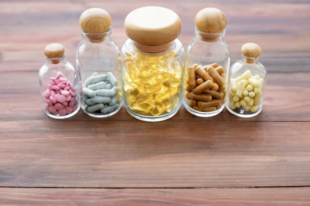 Geneeskunde in glazen fles op houten tafel