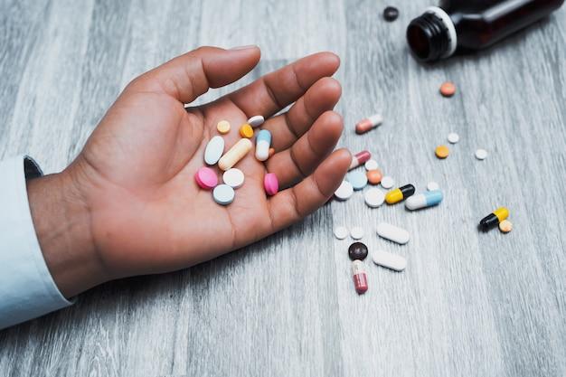 Geneeskunde in hand vrouw op tafel