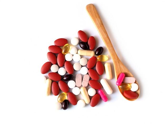 Geneeskunde kleurrijke pil van drug in houten lepel, pijnstiller voor het eten om te genezen