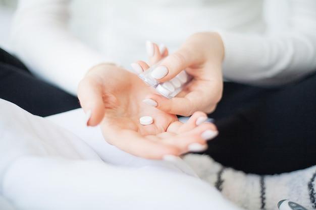Geneeskunde kruid. kruidenpillen in de hand, palm, vingers met gezonde medische plant. vitaminesupplement voor zorg, medicatie