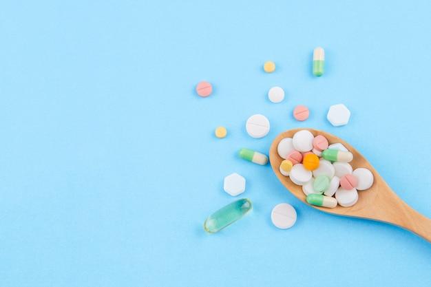 Geneeskunde, pillen, drugs tablet, capsule, visolie in geïsoleerde lepel