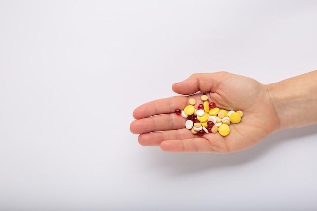 Geneeskunde pillen en capsules in de hand