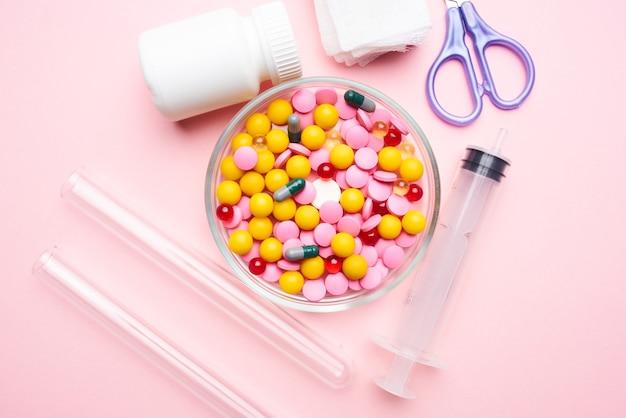 Geneeskunde plaat schaar medicijnen geneeskunde roze achtergrond. hoge kwaliteit foto