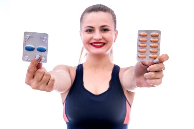Geneeskunde thema. vrouw die pillen in blaar toont die op wit wordt geïsoleerd