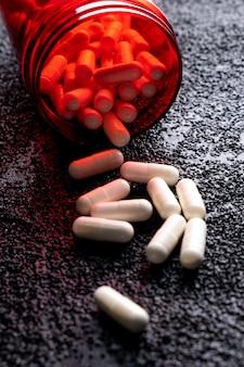 Geneeskundefles die op de vloer ligt. medicijnen die op de weg worden gegooid