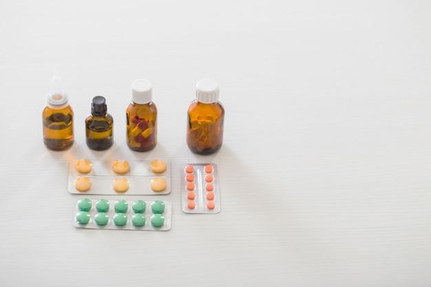 Geneeskundefles op lijst aangaande witte achtergrond