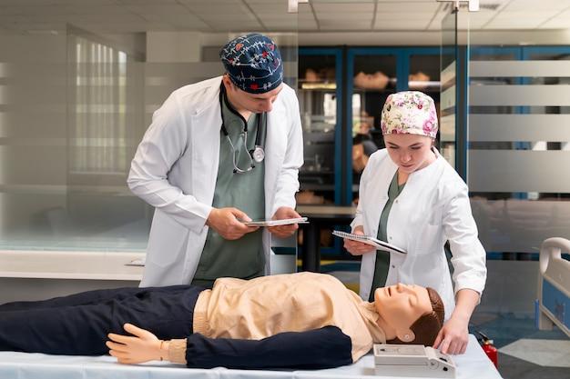 Geneeskundestudent doet zijn praktijk in een ziekenhuis