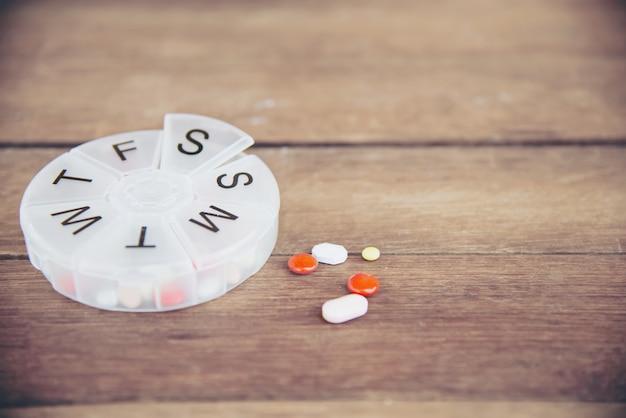 Geneeskundetablet in pillendoosje