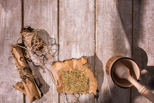 Geneesmiddel. het natuurlijke kruid van bloemingrediënten op houten.