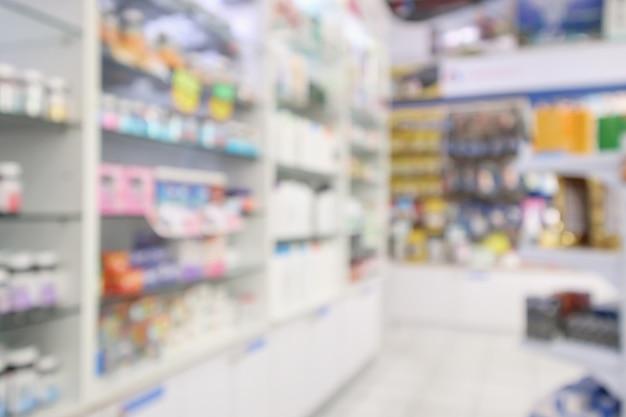 Geneesmiddelen gerangschikt in planken bij apotheek wazig