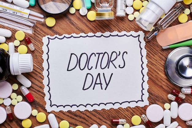 Geneesmiddelen, hulpmiddelen en wenskaart. creatieve verrassing voor een arts.