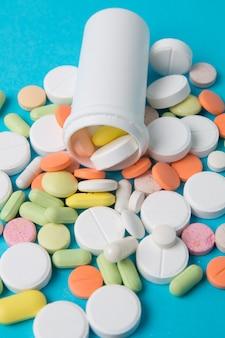 Geneesmiddelenpillen, drugs en antibiotica op een blauwe achtergrond. geneeskunde en gezondheidszorg.