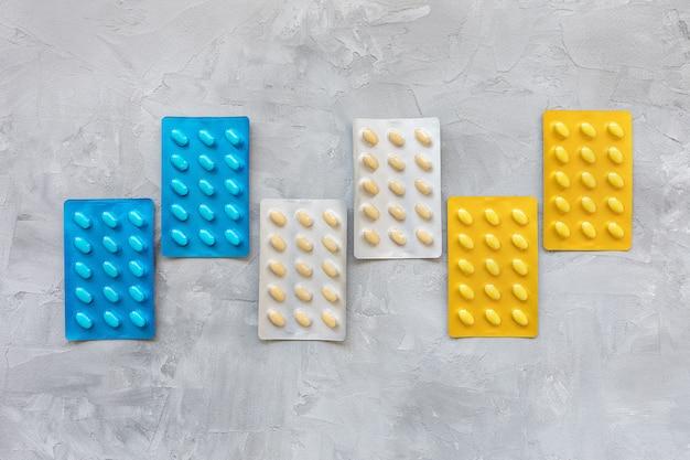 Geneesmiddelenpillen in het concept van de blaar pakgezondheidszorg