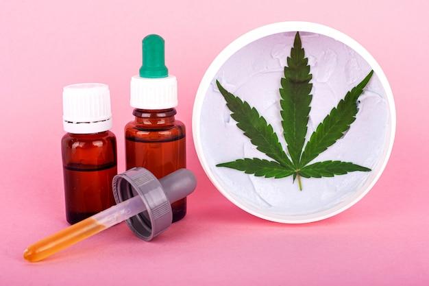 Genezende crème natuurlijke biologische marihuanacosmetica. schoonheid en huidverzorging concept met behulp van de medische eigenschappen van cannabis.