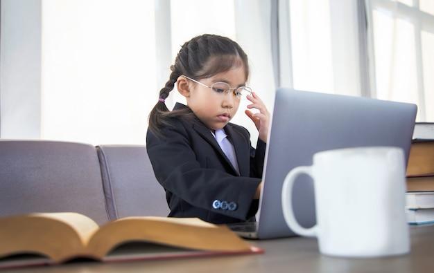 Geniale aziatische meisjescodering op laptop in nieuw trendonderwijs met e-learningconcept