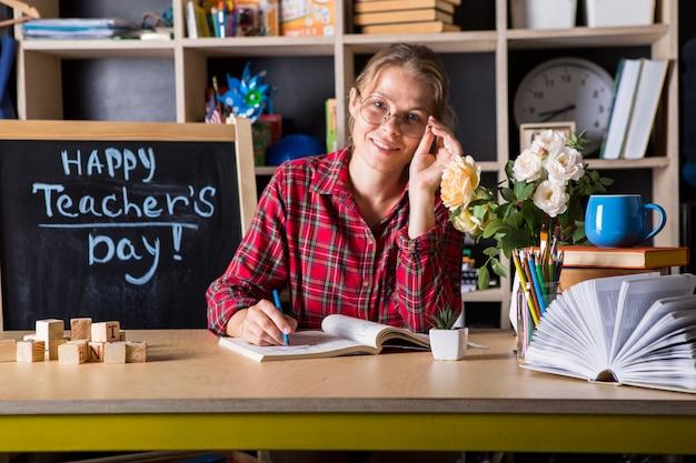 Geniet de leraars mooie vrouw van onderwijsproces in klaslokaal. leraren dag.