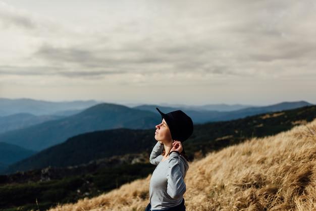 Geniet van de heldere berglucht. bergen van georgië