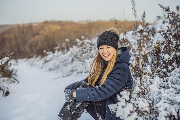 Genieten van de eerste sneeuw jonge vrouw