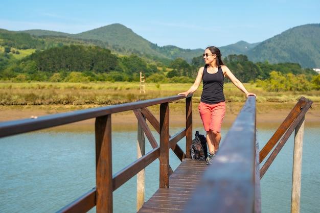 Genieten van de landschappen vanaf de houten pieren van de urdaibai-moerassen, een biosfeerreservaat van bizkaia naast mundaka. baskenland