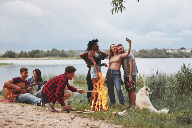 Genieten van de natuur. groep mensen hebben picknick op het strand. vrienden hebben plezier in het weekend.