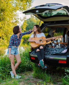 Genieten van de rust en socializen op een picknickreis met je beste vrienden.