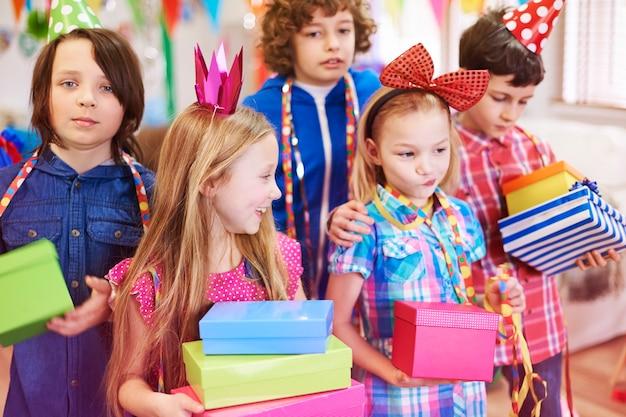 Genieten van de verjaardagscadeautjes van vrienden
