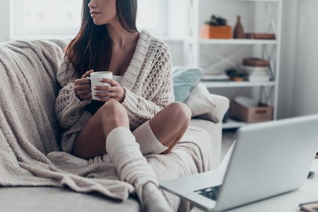 Genieten van koffie in de ochtend. close-up, van, mooi, jonge vrouw, vasthouden, cup