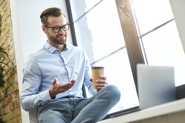 Genieten van online chatten en koffie drinken op het werk