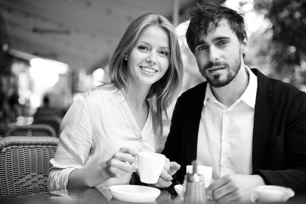 Genieten van verse koffie samen in zwart-wit