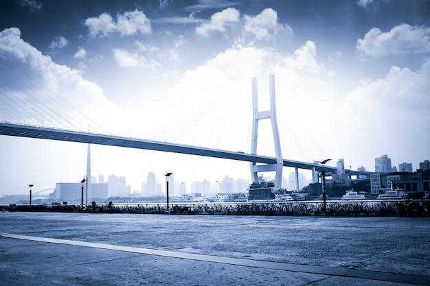Genoemd bayi brug in de nacht van sjanghai china.
