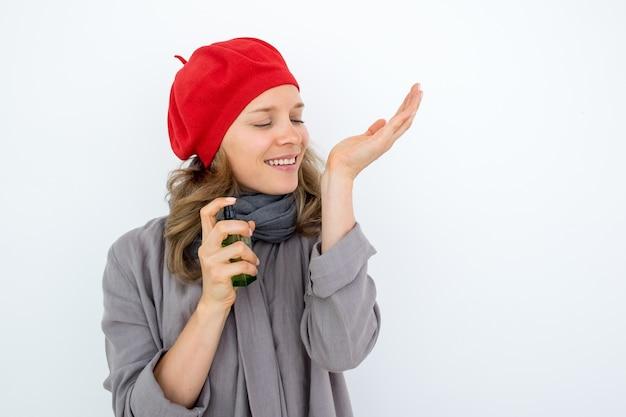 Genotvolle franse vrouw ruiken parfum