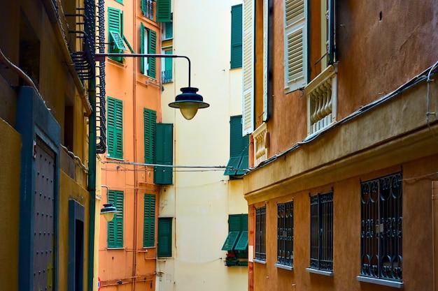 Genuese smalle straat met oude straatlantaarn, genua, italië