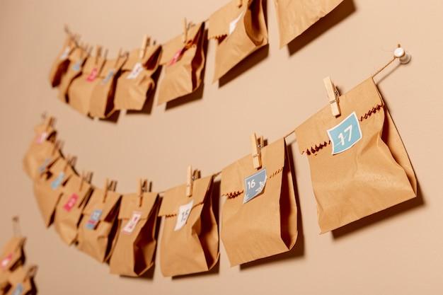 Genummerde zakjes in papieren stijl opgehangen aan de muur
