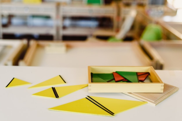 Geometrie en wiskunde materialen in een montessori klaslokaal