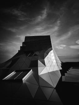 Geometrisch gevormd dak van een gebouw