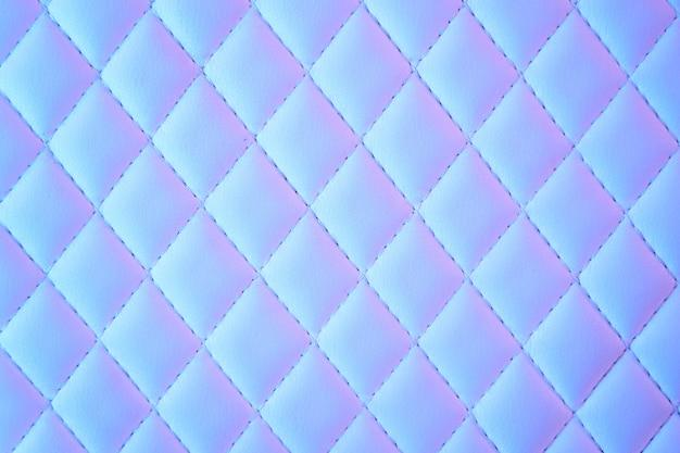 Geometrisch gewatteerd pu-leer met ruitpatroon in neonlicht