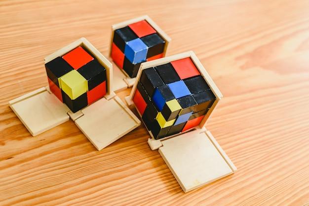 Geometrisch materiaal in montessoriklaslokaal voor het leren van kinderen op wiskundegebied