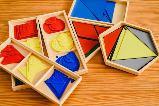 Geometrisch materiaal in montessoriklaslokaal voor het leren van kinderen op wiskundegebied.