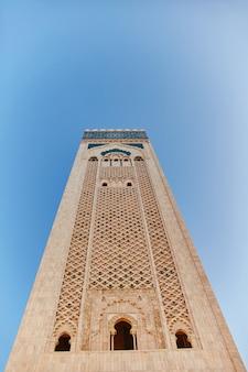 Geometrisch moslimmozaïek in islamitische moskee, mooi arabisch tegelpatroon en mozaïek op de muur en deuren van moskee in de stad casablanca, marokko