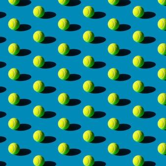 Geometrisch naadloos patroon van tennisballen met sterke schaduwen op een blauw