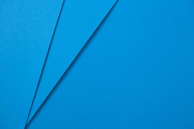 Geometrische abstracte creatieve blauwe kartonnen achtergrond. plat leggen
