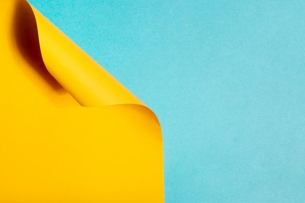 Geometrische compositie gemaakt met blauw en geel karton
