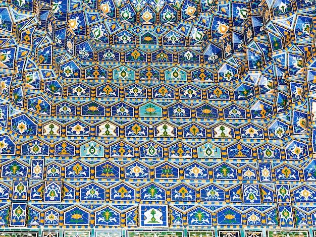 Geometrische decoratie van islamitische architectuur. detail van mozaïek van keramische tegels in registan-vierkant. samarkand, oezbekistan
