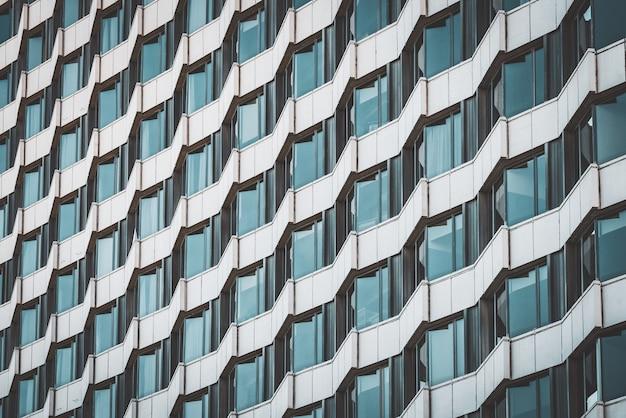 Geometrische gevel van een stedelijk gebouw