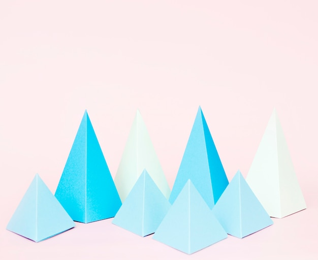 Geometrische papier vorm op bureau