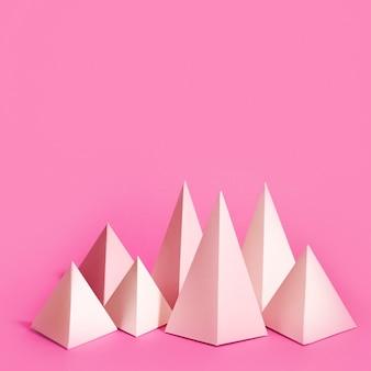 Geometrische papierelementen op bureau