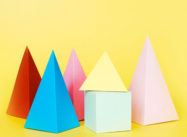 Geometrische papieren objecten op tafel
